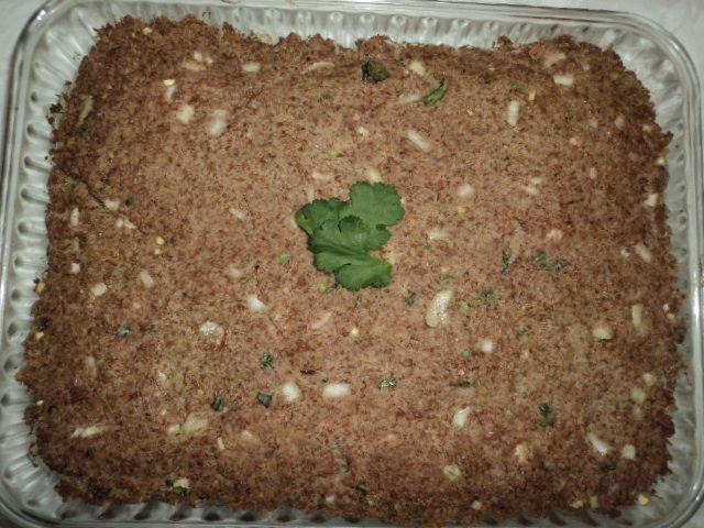1 kg de carne moída  - 5 dentes de alho moído ou alho picado  - 3 cebolas picadas ou mais, a gosto  - 1/2 kg de trigo para quibe, que deve ficar 1 hora de molho  - Coentro a gosto  - Tempero (sabor ami azul)  - Azeite  -