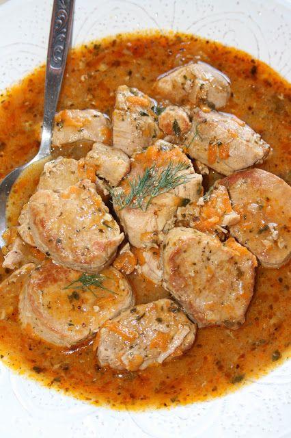 Tradycyjny obiad, który zawsze dobrze smakuje - delikatne mięso w pysznym sosie. Taki sos tak naprawdę chyba lubię najbardziej: pachnący zie...