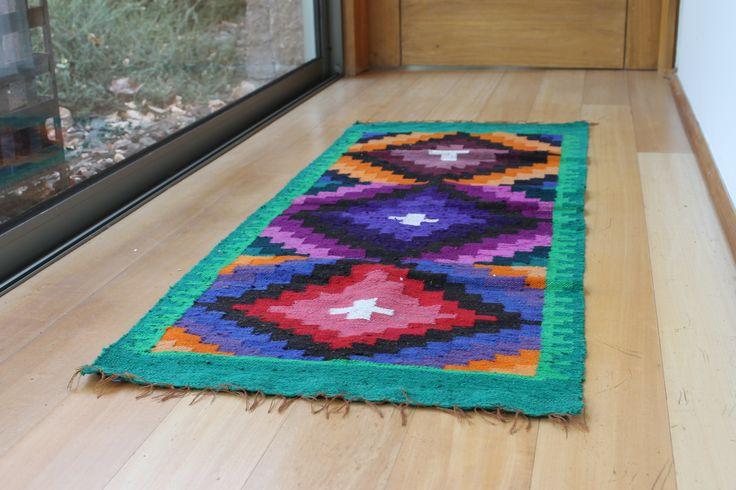 Los pasillos de tu casa también pueden ser espacios entretenidos. Cuelga cuadros o fotos, ilumínalos y dales vida con alfombras Atikux
