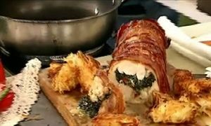 Ρολό κοτόπουλο με γέμιση από σπανάκι και τυριά με κροκέτες από τριμμένη  πατάτα και φέτα από τον Κυριάκο Μελά