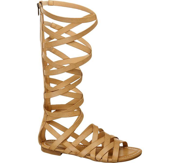Im trendigen Römer-Stil setzt die Sandale von #Deichmann für 34,90 € Akzente. Die braunen Riemen setzen jedes Frauenbein auf beeindruckende Weise bis unters Knie in Szene und lassen Luft und gewagte Einblicke das Bein schmeicheln. Dabei ist die Sandale mit dem 1,5-cm-Absatz sehr angenehm zu tragen.