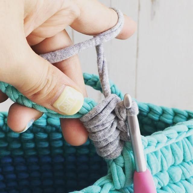 ・ ・ 細編み丸底マルシェ 動画㉖ ・ 〜持ち手部分〜編み包み ・ 引き続き。。。針を持ち手の土台の下側から裏に向けて進め、糸を引っ掛けてから引き抜きます。持ち手の土台と、グリーンの糸を編み包むという感じ。 ・ 隙間ができないように、途中で適度に糸を詰めながら、編み包んで下さい。 ・ 今回はこの動画では24目編み包み、25目の途中で糸をグリーンに戻しています。 ・ ・ ・ うまく出来たよー!!の声はすごく励みになります❤️ありがとうございます❤️ 是非是非途中経過なども見せてくださいね❤️ シェア、リポスト歓迎です ・ ・ ❤️今回私は丸底マルシェの動画をご紹介してますが、ポーチやスマホポシェットにもなるミニポシェットの作り方を @kinomi716 さんが少し前にご紹介してます!そちらも合わせてご覧ください❤️❤️私の師匠のような仲良しの編み友さんで、素敵な作品に心奪われます❤️ ・ #ズパゲッティ #かぎ針 #trapillo #マルシェバッグ #hoookedzpagetti #instacrochet #サーフガール #サーフスタイル #西海岸風 #...