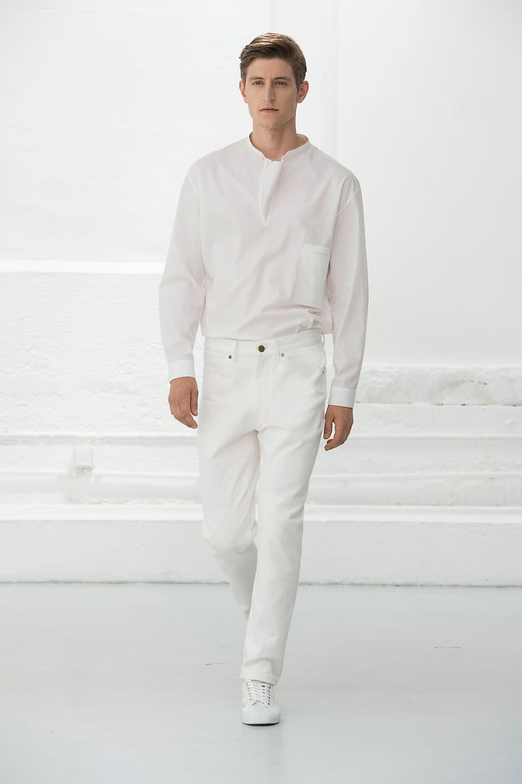 7. Gusset collar shirt in featherweight cotton poplin / Five-pocket pants in cotton denim / Sneaker in cotton canvas