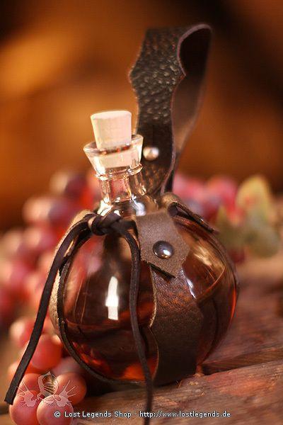 Stabile Trankflasche aus kräftigem Pressglas mit praktischer Gürtelhalterung aus schwarzem Leder. Verschlossen wird die Flasche mit einem kleinen Korken.  Maße/Details: - Inklusive Korken. - Abmessungen: 14 x 10 x 10 cm.