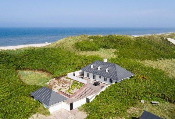 Schönes und gut ausgestattetes 6-Personen Sommerhaus nur 50 Meter zum Meer. Es ist gut eingerichtet mit guten Möbeln, Whirlpool und Sauna.