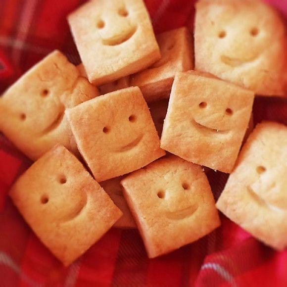 いまSNSでも人気なクッキーがキューブ型!クッキー型いらずで材料は3つだけ。しかもビニール袋で揉むだけで良いので片付けも楽なんです。食感はザクザクと新しい。3時のおやつにいかがですか?キューブクッキーの簡単レシピをご紹介します。