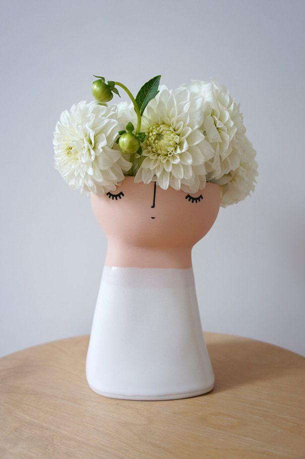Curioso #jarrón con un bonito #pelo #natural compuesto por #flores. #jarrones