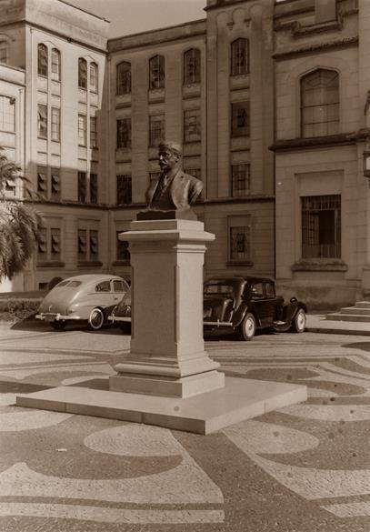 Faculdade de Medicina, busto de Dr. Arnaldo , 1953. São Paulo do Passado