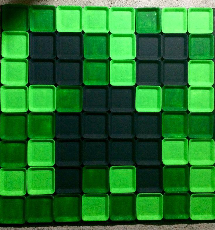 Painel feito com pratos 15x15 de isopor, pintados com tintas acrilex pva (verde claro, verde escuro e preto). Colados com fita dupla face 3M em fundo preto de TNT.