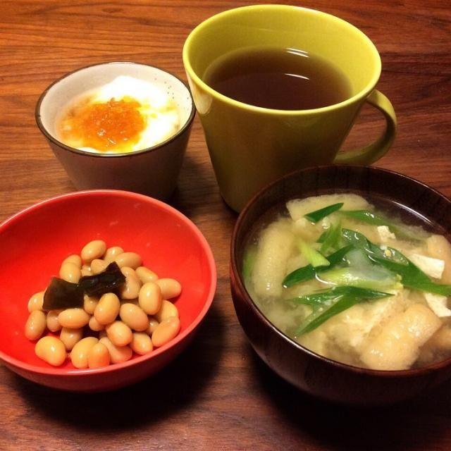 今日の夕飯( ´ ▽ ` )ノ 昨日の食べ過ぎからお腹いっぱいなので、食べたいものをちょとずつ〜 こんぶ豆は得意のフジッコ…(^^;; - 46件のもぐもぐ - 油揚げとネギのお味噌汁、こんぶ豆、ヨーグルト 2015.3.16 by kirahime