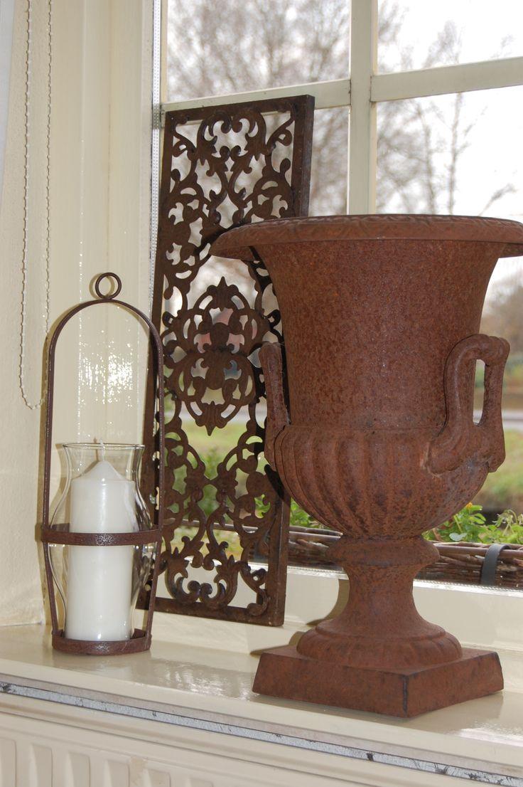 Roestige vaas met roestig raampaneel....,