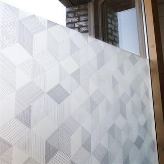 Die Graphite Fensterfolie von Siluett Frost aus Stockholm hat ein behagliches, grafisches Motiv. Diese selbsthaftende Fensterfolie aus Schweden wertet Ihre Fensterbank optisch auf und ist zudem ein Sichtschutz vor neugierigen Blicken.