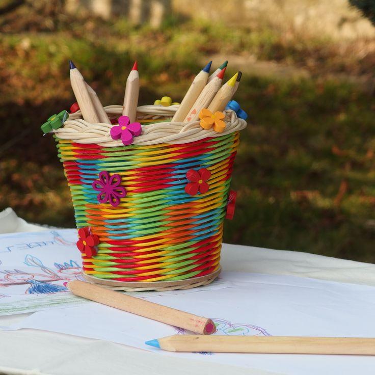 Pastelkovník s dřevěnými korálky Pastelkovník je upleten z barveného pedigu, dno z bílé MDF desky a je dekorován dřevěnými korálkami. Celý je nalakován bezbarvým lakem vhodným na dětské hračky a pro styk s potravinami.  Rozměry průměr 10-11 cm výška 12 cm