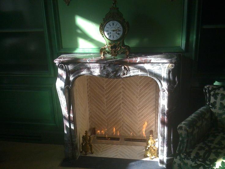Cheminée ancienne en marbre, équipée de brûleur bio-éthanol. Bio-ethanol fireplace with old marble custom.  http://cheminees-anciennes.fr http://www.atredesign.fr