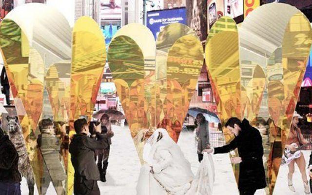 Un San Valentino da sogno a Time Square Ogni anno, dal 2009, nella più famosa piazza al mondo viene realizzata un'opera d'arte atta a celebrare San Valentino e tutti gli innamorati. Cuori amore e... New York! Il miglior modo per celebrare #sanvalentino #newyork #timesquare