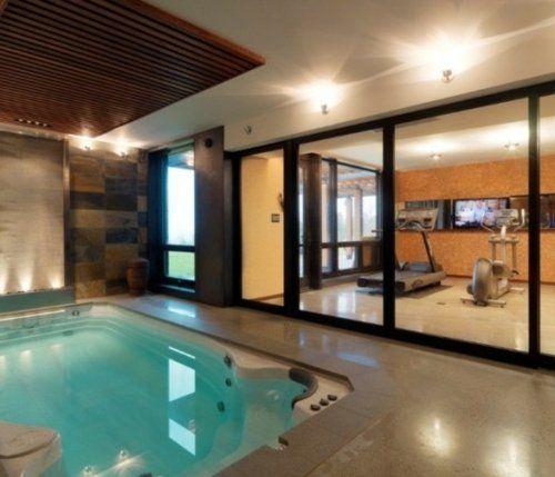 Un espace moderne avec une vue sur la piscine et un petit gym