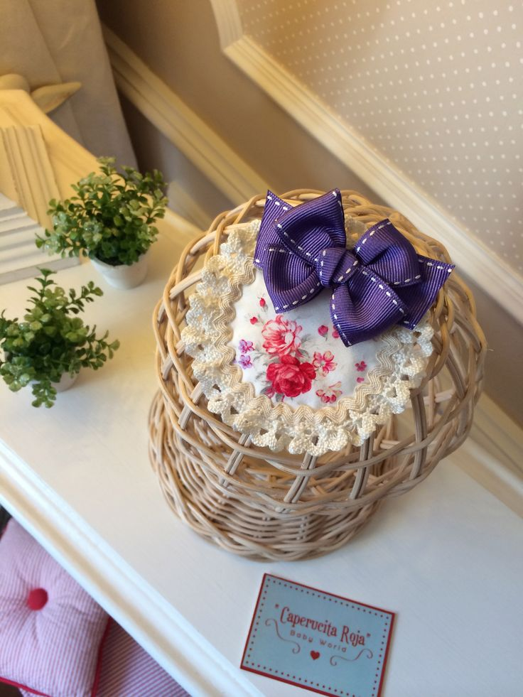 """Tocado """"Romantic"""" con base de tela con pequeñas flores y lazote violeta."""