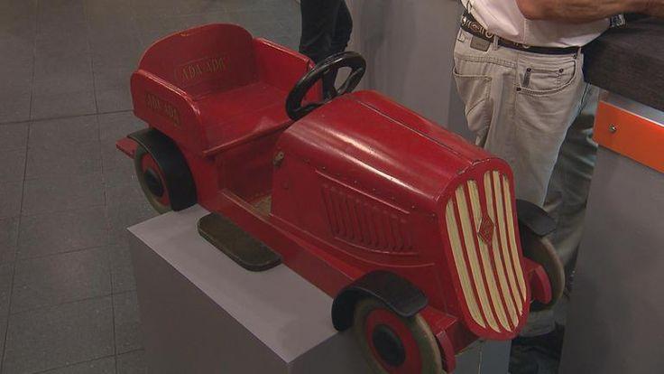 Kinderauto von der ADA-ADA-Schuh-AG, diese  Firma stellte ab 1900 im Frankfurter Stadtteil Höchst Kinder-und Damenschuhe her und stellte das Auto den Geschäften zur Verfügung.  Mitte 40er/Anfang 50er Jahre -  Wert 250 €