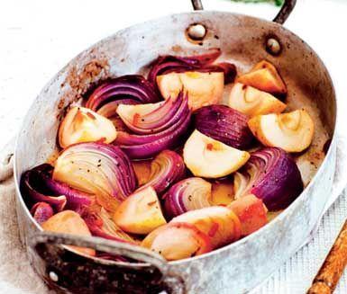 En färgsprakande blandning av äpplen, lök och chili som bakas i ugn tillsammans med fräscha kryddor och citron. Passar utmärkt att servera som ett juligt tillbehör till skinka, köttbullar eller revbensspjäll.