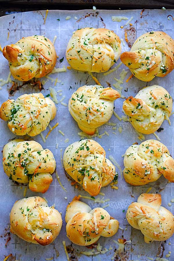 Garlic Parmesan Dinner Rolls - homemade bread dough turned into the best dinner rolls with garlic and Parmesan cheese. So good | rasamalaysia.com