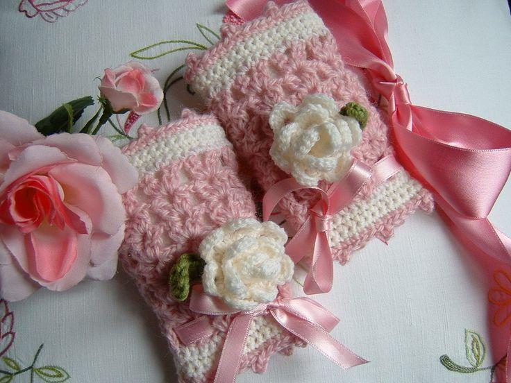 Mezziguanti-scaldapolso per bambina eseguiti a mano all'uncinetto in pura lana con due rose decorative