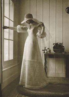 005_1973-012.jpg (241×340) 1973 Looks camponeses eram populares por suas formas descontraídas, mangas vitorianos, e saias de renda. Vestido por Bridallure