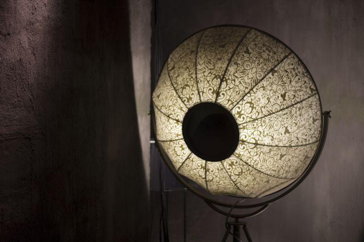 Lámpara Fortuny  Diseñador: Mariano Fortuny y Madrazo  Lámpara concebida por el pintor y escenógrafo español Mariano Fortuny en 1907, es el resultado de su pasión por la pintura, los tejidos y la luz. Esta lámpara se ha convertido en un icono de la concepción de la luz del sigo XX.