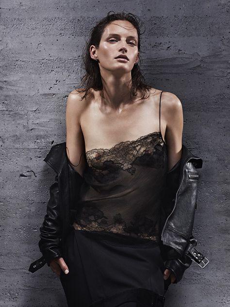 Стиль гранж и завораживающий черный: кожаные куртки, платья-комбинации и грубые ботинки   VOGUE