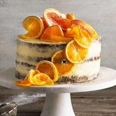 Drömgod mjuk pepparkaka på höjden, som en tårta. Varva de mjuka kakbottnarna med en galet god brynt smörkräm och garnera med tunt skurna citrusfrukter. Den mjuka pepparkakstårtan kommer bli en solklar succé på adventsfikat eller kalaset.