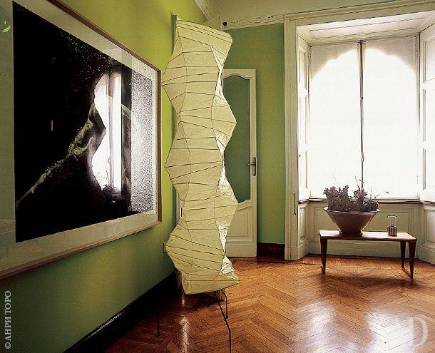 Фрагмент гостиной. Лампа, дизайнер Исаму Ногучи, Espace Lumiere.