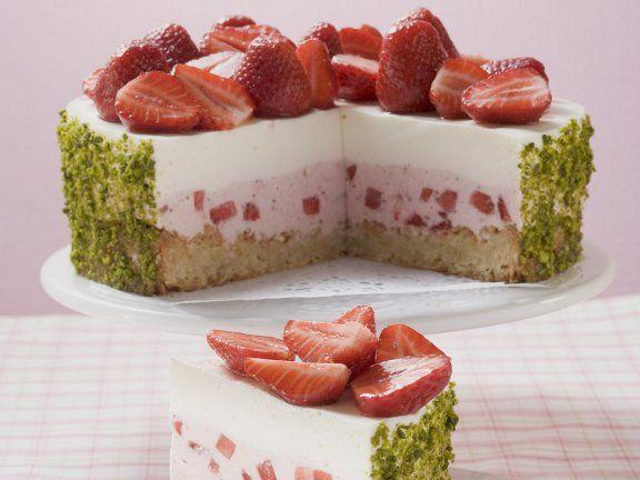 Rezept: Erdbeer-Joghurt-Torte mit Pistazienmantel