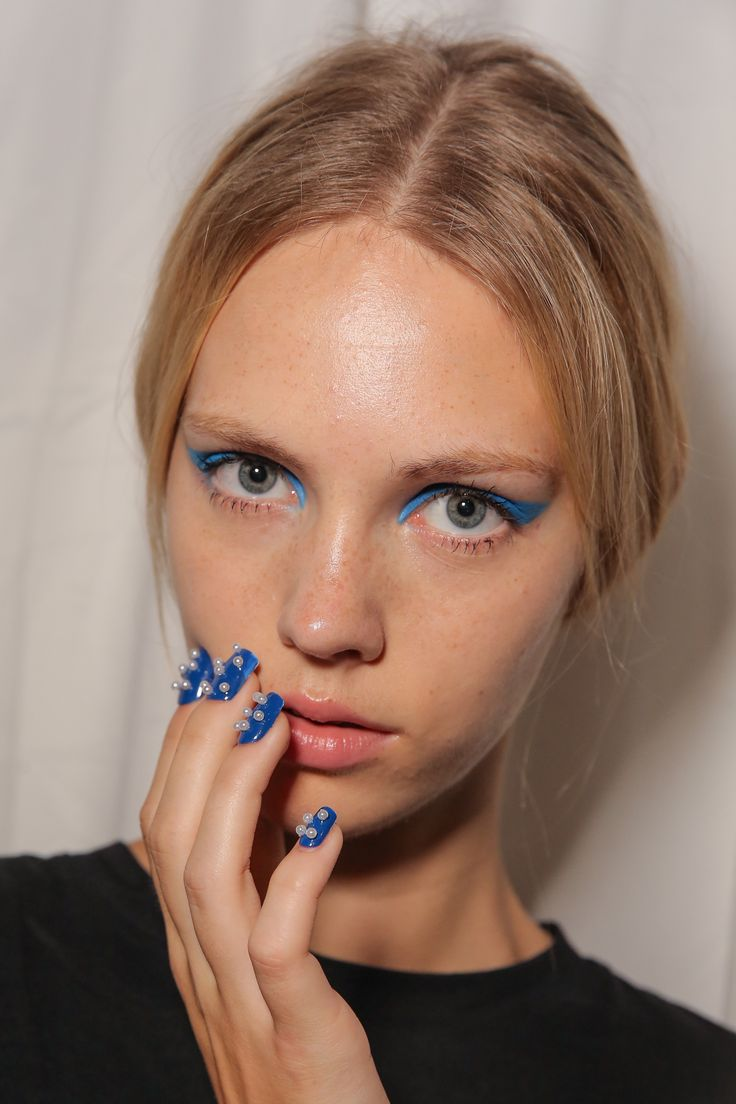 An electric blue cat eye? We mean, come on. Honor Spring/Summer 2015 via @stylelist | http://aol.it/1quNYgw