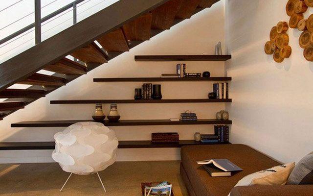Aprovechando el espacio bajo la escalera (I): Estanterías y libros