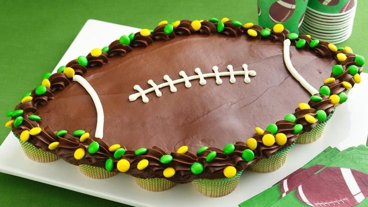 Team up cupcakes to create a winning play with a football party cake! #bettycrocker #goteam