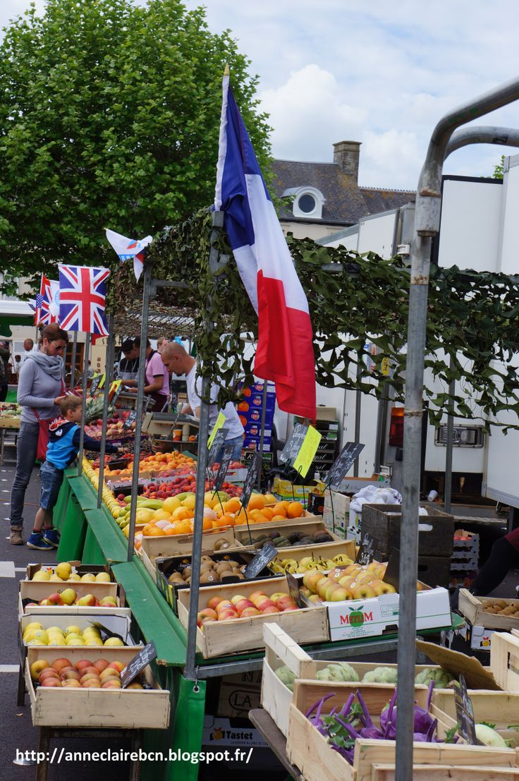 the thursday market of Sainte-Mère Eglise is also embellished ;-)