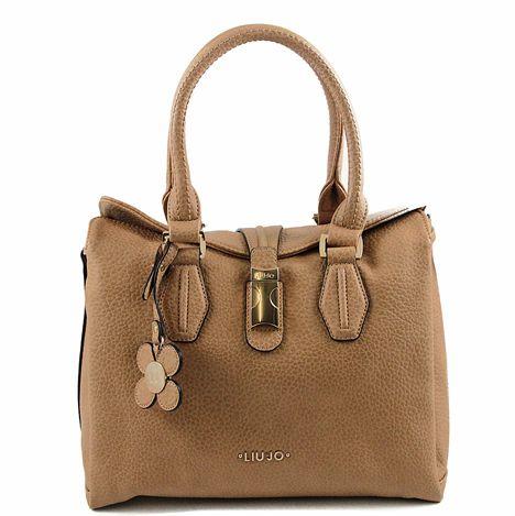 La Borsa Liu Jo Shopping bag M Smeraldo è un elegante borsa in color marrone cammello. Ha tre grandi scomparti, per gestire al meglio lo spazio e tenere sempre tutto in ordine e a portata di mano. Una borsa per ogni occasione emolto pratica, può essere portata amano o aspalla.  dati delprodotto:  Borsa in marrone cammello.  Fatto di cuoio artificiale di alta qualità.  Ha tre scomparti.  All'interno della tasca principale vi è un vano con chiusura lampo e due schede.  Chiusura a Blocca...