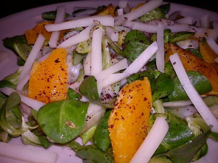 Narancsos édeskömény saláta - Hozzávalók: 2 főre: 2 db narancs kifilézve (a levét felfogjuk, amikor filézzük, kell majd az öntethez),1 édeskömény gumó, madársaláta. - Öntet: dióolaj, narancslé, só, bors, tetejére: sumac, pirított dió