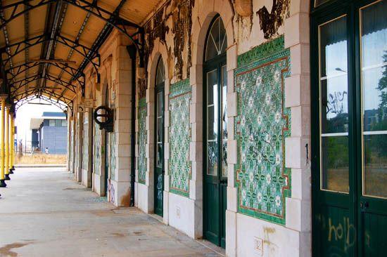 Estação Ferroviária de / Railway Station of Lagos | 1922 [azulejos relevados da Fábrica de Sacavém] #Azulejo #Padrão #Pattern