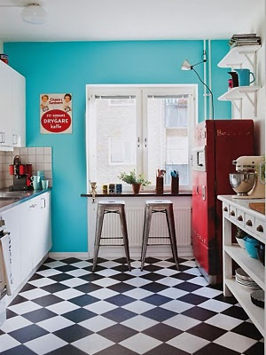 piso xadrez preto e branco na diagonal: Dreams Kitchens, Kitchens Design, Vintage Kitchens, Floors, Black And White, Wall Color, Red Kitchens, Retrokitchen, Retro Kitchens