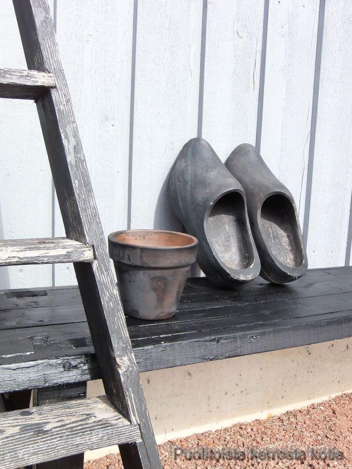 Yksityiskohta pihalta. Black shoes
