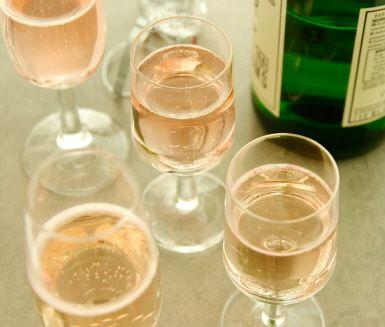 Den här festliga norrländska drinken är ultimat att servera när något ska firas. Söt och angenäm hjortronlikör blandas med härligt bubblande mousserande vin.