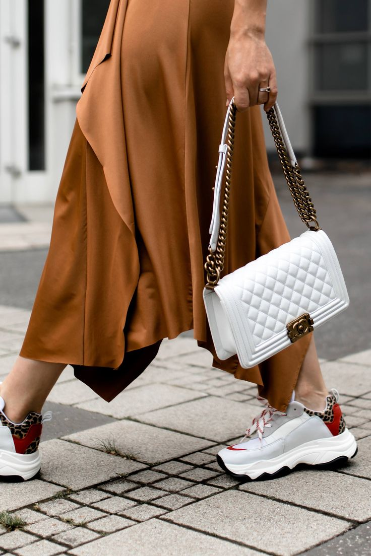 Der Chunky Sneakers Trend: Mein Sommer Outfit mit Midirock und Basic-Shirt!