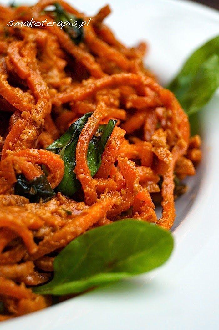 Po makaronie z surowego buraka już nic nas nie zdziwi. ;)A Was?:DA taka drobna zamiana ról... zamiast kaszy z sosem, sos z kaszy? ;)Przedstawiamy Wam dziś naszą poczciwa marchew, która za pomocą obrotowej tarki (KLIK!) zamienia się w urokliwe spagetti, a następnie, z dodatkiem domowego, genialnego pesto z suszonych pomidorów i oliwek, w arcysmakowite danie…