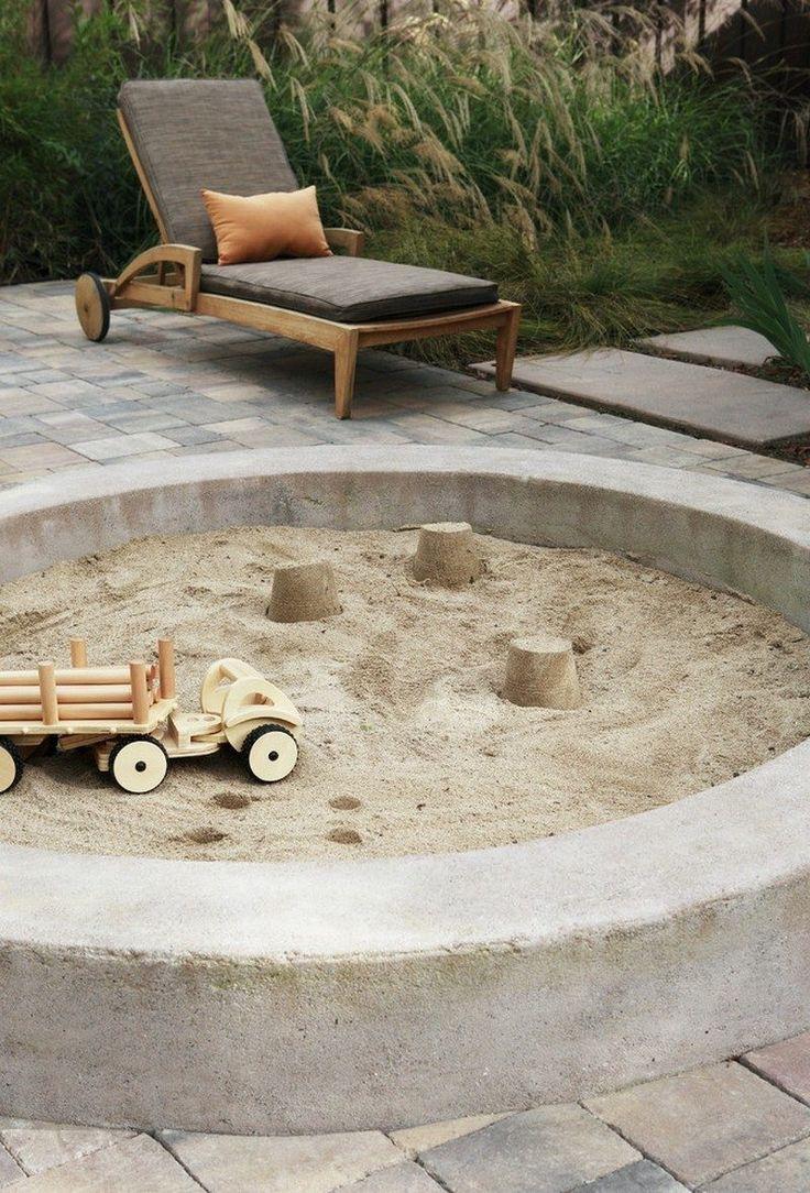 Sandkasten mit Steinen bauen