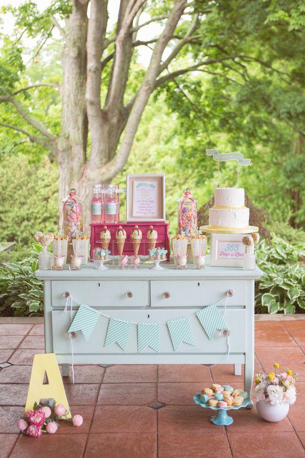 Bolo lindo e Sobremesa Exibição | Jessica Little Photography | Retro Candy Shop Anniversary Atirar