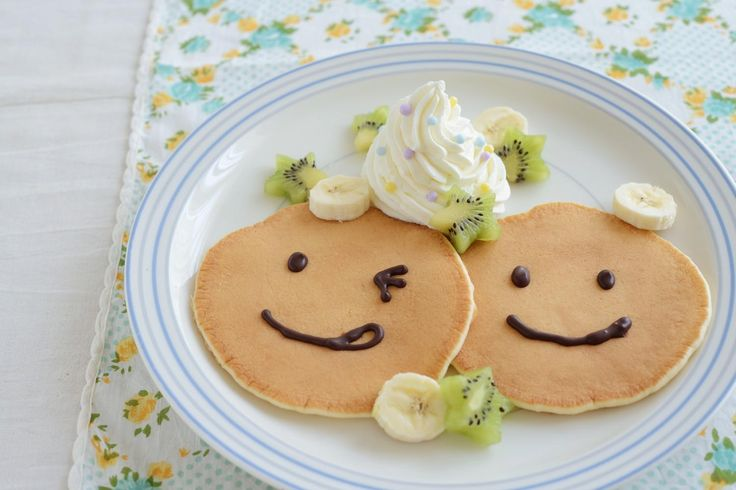 手軽に作るなら、ホットケーキミックスで。チョコペンで顔を描き、フルーツの飾りを添えました。/サンフランシスコスタイルのパンケーキ(「はんど&はあと」2013年9月号)