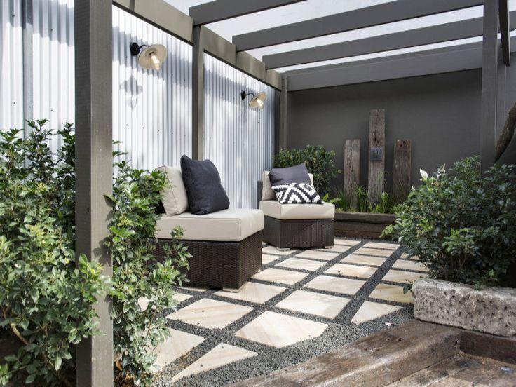 Небольшой задний дворик за домом.  (викторианский,архитектура,дизайн,экстерьер,интерьер,дизайн интерьера,мебель,на открытом воздухе,патио,балкон,терраса) .