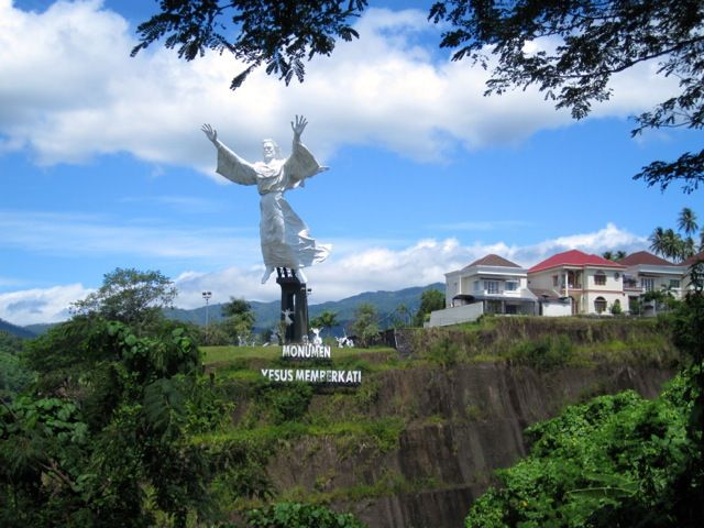 Discover the largest, most-northerly city in Indonesia, capital of the province of North Sulawesi, Manado!.
