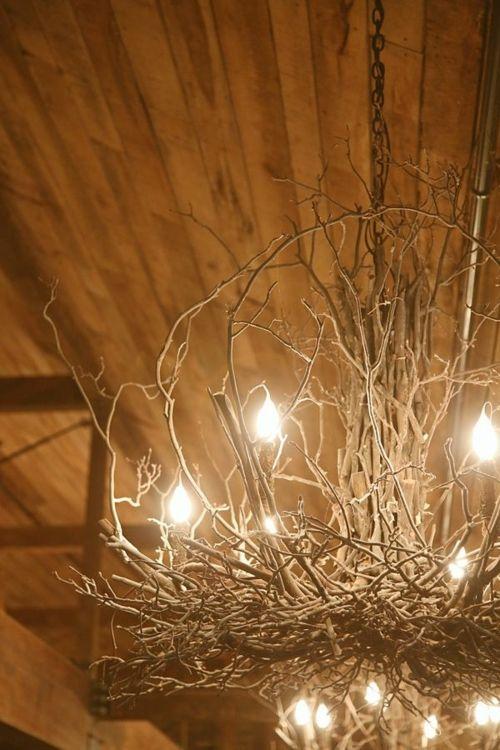 selbstgemachte Kronleuchter aus Zweigen improvisiert glühbirnen
