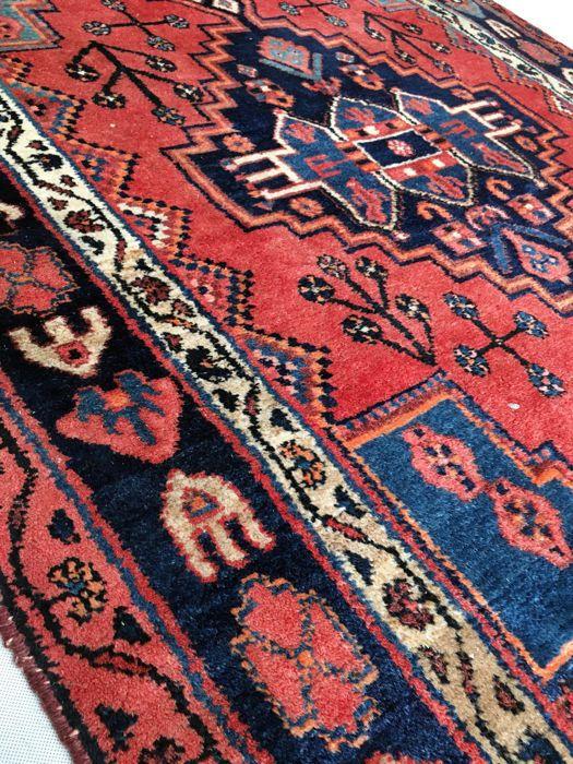 Ongelooflijke handgemaakte Perzisch tapijt: antieke Koliyai 210 x 130 cm circa 1960!  Welkom bij passie d'Orient:De Koliay/Koliai zijn semi-nomaden van de Koerdische bevolkingsgroep en leven in een plattelandsgebied tussen de centra van Songor Asadabad en Kirmansháh waar hun tapijten kunnen worden gevonden. Dit zijn vrij zwaar en robuust geproduceerde artikelen met een relatief hoge-cut-stapel. Goede kwaliteit wol geeft een mooie glans. Het veld is verdeeld in diamant vormen door een continu…